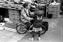 Bulles. (renphotographie) Tags: film amsterdam analog noiretblanc kodaktrix chewinggum march bulles filles leicam7 gamines xtol