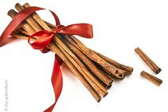 Cinnamon sticks with red ribbon (Elisa Gabbrielleschi) Tags: nikon d7100 cannella cinnamon fioccorosso redribbon stilllife italia whitebackground sfondobianco hello helloelisagabriel elisagabbrielleschi elisagabriel