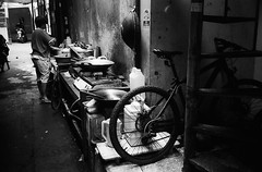 Cookin' (Purple Field) Tags: contax tvs carl zeiss variosonnar 28mmf35~56mmf65 fuji neopan iso400 presto bw monochrome film analog 35mm jakarta indonesia street alley walking bicycle cook コンタックス カール・ツァイス 富士 ネオパン プレスト 白黒 モノクロ フィルム アナログ 銀塩 ジャカルタ インドネシア ストリート 路地 自転車 散歩 料理 kitchen 台所 canoscan8800f stphotographia
