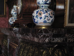 Vase at The Elms (ty law) Tags: newportri cottages vanderbilt thebreakers cliffwalk salveregina marblehouse rosecliff theelms servanttour bathroom gildedage robberbaron captainofindustry edwardian american grand grandiose flowers atlanticocean rhodeisland copper
