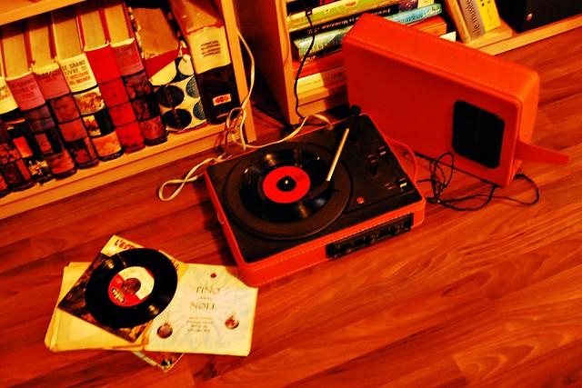 2 - Sortir le tourne-disque et écouter les chants de Noël de mon enfance.