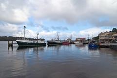 Strahan . Tasmania (:: Blende 22 ::) Tags: winter sea beach water canon reflections season harbour australia bluesky tasmania australien hafen blauerhimmel strahan reflektionen tasmanien ef24105mmf4lisusm canoneosd