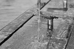 Wasser tropft (koDesign) Tags: bw water fountain metal 50mm drops nikon wasser brunnen tropfen d300 nikkor50mmf14d