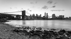 Puente de Brooklyn tras el atardecer - Manhattan - New York (www.capturaviaje.com) Tags: nyc newyork byn blancoynegro brooklyn canon atardecer manhattan wb lee brooklynbridge lowermanhattan estadosunidos nuevayork grimaldi whiteandblack eeuu polarizador ef1740mmf4lusm mainstreetpark puentebrooklyn 5dmarkiii filtroslee dgrimaldi 5dmiii davidgrimaldi