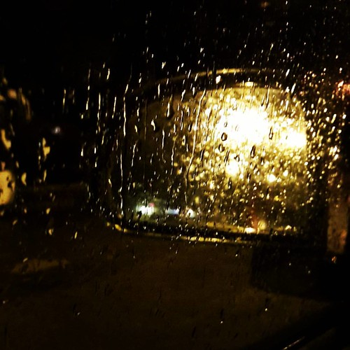 Tutto sommato non è male guidare di notte.  Anche col temporale.  Poi se la radio passa #jovanotti con #lestateaddosso  è il massimo.  Azzeccatissima direi con tutta l'acqua che sta venendo giù.  #pioggia #piove #rain #rainy #night #driveonthenight