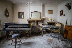 Chasseur Instituteur (Emeuh-Bru) Tags: abandoned lost belgium belgique piano urbanexploration urbex abandonn explorationurbaine tamron1024 nikond5300 chasseurinstituteur