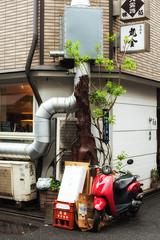 Comme un air d'Italie (www.danbouteiller.com) Tags: japan japon japanese japonais tokyo shinbashi city ville urban photoderue street streets streetshot photo de rue asia asian asiatique bike scooter