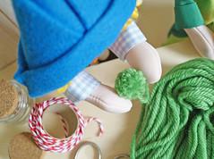...e faça um pompom deixando um fio de linha. (Ateliê Bonifrati) Tags: christmas cute natal diy craft reciclagem pap christmasbell danoninho passoapasso bonifrati littlebells