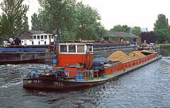 Joyce Hawksley continues through Castleford (delticfan) Tags: barges aireandcalder rixowl joycehawksley