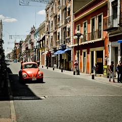 Coccinelle à Puebla (WhiteFlowersFade) Tags: voyage city travel people art car architecture america mexico nikon cityscape citylife streetphotography streetlife voiture mexique rue puebla streetscape bâtiment personnes ville streetview gens amérique paysageurbain photographiederue d7k d7000 vieenville