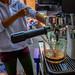 Les Thaïlandais rafolent du café glacé, préparé sur la rue