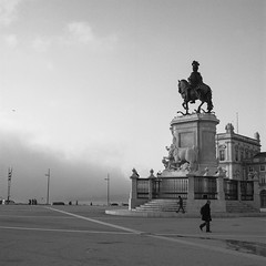 Praça do Comércio, Lisboa (António Alfarroba) Tags: 120 film portugal statue mediumformat lisboa lisbon hasselblad lissabon lisbonne ilfordfp4 hasselblad501cm djoséi