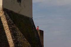 "ombre, mura e maglia fucsia  #morrodalba #italy #clod #giornatedifotografia #sensi #enricoprada #canon #shadows #fucsia (claudio ""clod"" giuliani) Tags: italy canon clod sensi morrodalba giornatedifotografia"