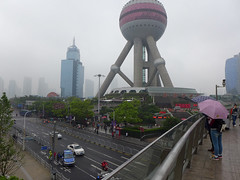 Overhead Walkway, Lujiazui, Pudong (Daniel Brennwald) Tags: china shanghai walkway pudong lujiazui orientalpearltvtower
