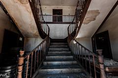 Escalera principal (Perurena) Tags: house stairs casa madera steps ruina quinta escaleras escalones escadas abandono urbex barandilla mansin peldaos urbanexplore