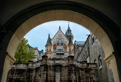 Framed Entry to the Castle (Don Csar) Tags: castle architecture fairytale germany bayern deutschland bavaria europe arch entrance front alemania romantic neuschwanstein schloss arco castillo fssen yllow cuentodehadas