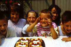 The happy bunch (johan van moorhem) Tags: family friends simon home ada verjaardag haiku belgium belgique belgi birthdayparty westvlaanderen thuis ewan flanders kidsparty vlaanderen beernem kidsfun haikoe