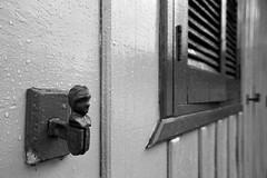 (Rei Santos) Tags: blackandwhite bw window arquitetura pb janela woodenhouse pretoebranco noirblanc blanconegro carranca casaantiga arquiteturaemmadeira casademadeira antiquehouse reisantos