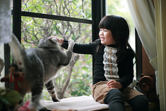 Zorie played with the cat LiuChan. (Zorie Huang) Tags: trip morning light portrait pet baby cute girl smile japan cat canon asian kid child innocent taiwan laugh 5d lovely fukuoka taiwanese threeyearold zorie