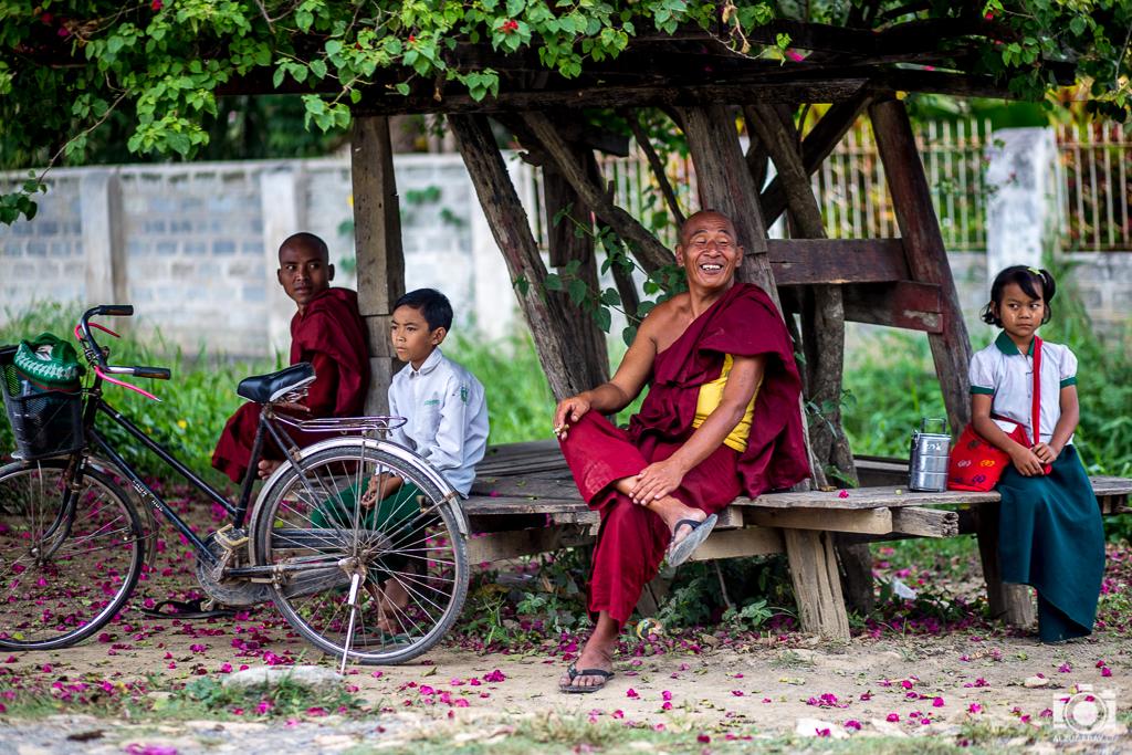 Parada de autobus en Nyaungshwe (Myanmar)
