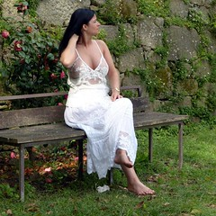 Susana (JLSF) Tags: white nature outdoors breasts dress barefoot barefeet cleavage vestido barfuss decote descala piedsnus