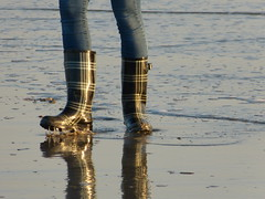 Beach walk_Strandspaziergang (willi2qwert) Tags: rubberboots rainboots regenstiefel wellies wellingtons wasser women wet water beach gummistiefel gumboots girl strand