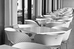 Terrasse (heinzkren) Tags: architektur sessel stuhl tisch design kunststoff linien sitzgruppe sw schwarzweis monochrom monochrome breslau polen poland halastulecia jahrhunderthalle unesco weltkulturerbe restaurant cafe mbel sitzmbel wellen