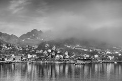ND4_08865 (nik_onbewi) Tags: arktis grnlang tasiilaq nebel huser boote berge landschaft meer