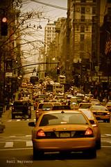 5th Avenue, Manhattan (Ral Herreroc) Tags: old nyc newyork canon manhattan cab taxi 5thavenue fifthavenue antiguo nuevayork quintaavenida 550d