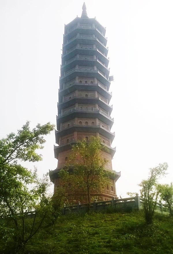 Tòa tháp mười hai tầng như cây bút viết lên đỉnh trời