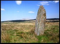 Standing Stone (zweiblumen) Tags: uk scotland alba isleofarran standingstone polariser machriemoor northayrshire eileanarainn canoneos50d lumiquestpocketbouncer zweiblumen canonspeedlite430exii