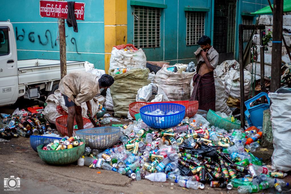 Separando basura en Yangón (Myanmar)
