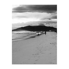 (Vallelitoral) Tags: blackandwhite bw mountain man blancoynegro beach nature clouds landscape spain flickr surf playa paisaje bn nubes montaña app tarifa iphone flickraward iphonegraphy