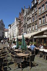 Anvers, place Verte, terrasses (Ytierny) Tags: caf fleur vertical belgique terrasse belgi parasol antwerpen faade brasserie anvers touriste pav groenplaats dtente placeverte styleflamand ytierny