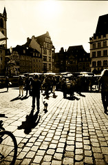 Ombre (Claudio Taras) Tags: street shadow people film canon monocromo 200asa a1 24mm monochrom claudio toned controluce analogica trier taras streetshot foma contrasto analogico fomapan microphen