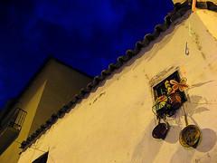 Sartenes / Frying Pans (shumpei_sano_exp9) Tags: blue sky españa window yellow azul wall night canon ventana pared spain powershot diagonal amarillo cielo pan zamora fryingpan saucepan nocturno sarten cacerola a710 obliquemind obliquamente