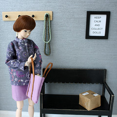 What's in the parcel? (MINIMAGINE) Tags: diorama roombox momokodoll playscale dolldiorama