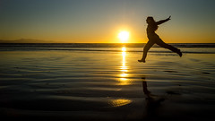 Sunset fun (Kathrin & Stefan) Tags: ocean sunset sky reflection beach nature silhouette backlight island sand outdoor tasmansea rakiura stewartisland foveauxstrait oretibeach kathrinmarks