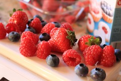 frutti di bosco (veronicaalberghini) Tags: softfruits strawberries fragole mirtilli blueberries lamponi raspberries food macro reflex canon dessert cake love