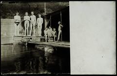 Archiv H600 Postkarte im Schwimmbad, 1900er (Hans-Michael Tappen) Tags: archivhansmichaeltappen jugendliche jungen schwimmbad sprungbrett badegelegenheit badeanstalt badehose swimsuits vintage 1900er 1900s barefoot barfus boys gruppenfoto fotorahmen outdoor