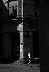 Postgatan (Olderhvit) Tags: street light blackandwhite bw göteborg shadows streetphotography streetphoto goteborg ljus skuggor gatufoto gatufotografi p1110533 postgatan framingthestreet olderhvit humaningeometry oohshoot