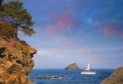 UN REGALO PARA MIS SENTIDOS (Susana M.L.) Tags: sunset espaa marina atardecer mar spain flickr barco paisaje girona costabrava catalua cadaqus crepsculo canoneos550d