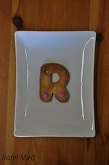 Galleta en forma de letra R (Rafel Miro) Tags: cookies galetes mms cookie sweet character catalonia homemade r catalunya dulce letra rubi galletas lacasitos casero galleta lletra dolç lacasito galeta casolà