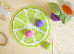 Costure sobre uma das partes da base colorida (Ateliê Bonifrati) Tags: cute diy craft felt feltro coaster tutorial pap molde bonifrati portacopos
