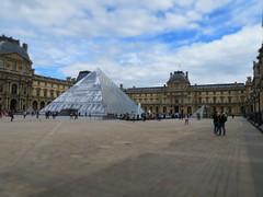 Pyramide du Louvre- JR au Louvre (CamJrOff) Tags: france paris arcdetriomphe town city old road life art photographie pic picture architecture louvre pyramide g7x sculpture batiment jr