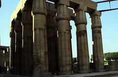 gypten 1999 (248) Tempel von Luxor: Sonnenhof des Amenophis III. (Rdiger Stehn) Tags: afrika gypten egypt nordafrika 1999 winter urlaub dia analogfilm scan slide 1990er 1990s obergypten sdgypten aad diapositivfilm analog kbfilm kleinbild canoscan8800f canoneos500n 35mm luxor misr  tempelanlage historischesbauwerk altgypten archologie archologischefundsttte altertum antike tempelvonluxor luxortempel tempel sakralbau bauwerk sulen unescowelterbe welterbe unescoweltkulturerbe weltkulturerbe gyptologie papyrusbndelsulen peristyl