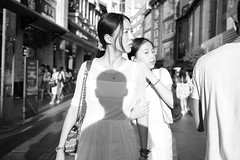 (Salmonpink) Tags: dongmenstreet zm distagon35mmf14 sony ilce7rm2 a7r2 afternoon street photography shadow white woman girl sunday sundayafternoon