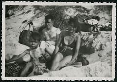 Archiv H170 Ferien an der Ostee, 1960er (Hans-Michael Tappen) Tags: archivhansmichaeltappen strand ostsee meer dne familie kind junge boy vater mutter ddrzeit ddr ostalgie strandkleidung 1960er 1960s basttasche barfus barefoot