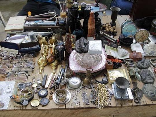 kính mát, nhẫn, đồng hồ ở chợ ve chai
