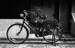 男の自転車〜Bicycle of Man (Purple Field) Tags: street bw film sc monochrome bicycle japan analog zeiss 35mm walking alley kyoto fuji iso400 voigtlander rangefinder contax ii 京都 日本 neopan ikon 散歩 25mm f40 自転車 skopar presto 路地 モノクロ 白黒 富士 銀塩 ストリート フィルム レンジファインダー コンタックス フォクトレンダー アナログ canoscan8800f ネオパン stphotographia スコパー プレスト ツァイス・イコン ii型